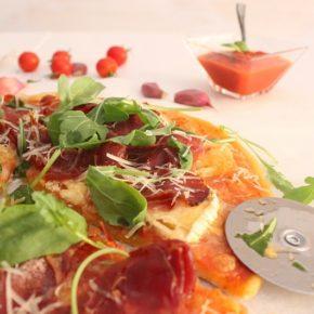 Pizza de queso de cabra, rúcula y jamón serrano