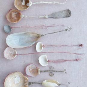 Cucharas con conchas marinas y almejas