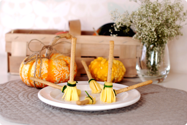 Especial Halloween escobas de bruja con picos y queso