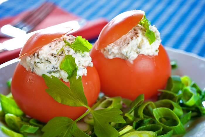 tomates-rellenos-ensaladilla-aguacate