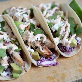 Tacos de pollo, lima, cilantro y salsa chipotle