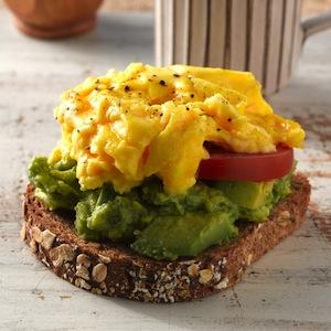 tostas-aguacate-huevo-revueltos