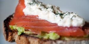 tostas-aguacate-salmon-feta